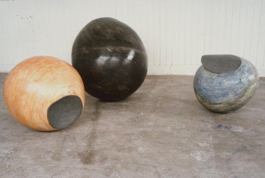 1986-z.t.-3 bollen, gips, lood, oranje bol is 50x70cm