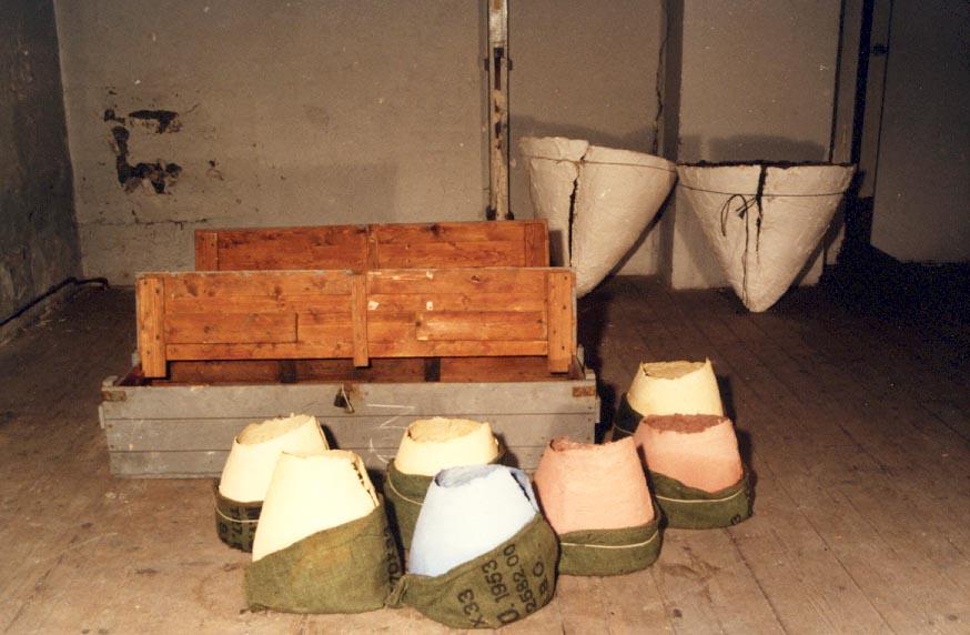 1986-Expo. OM NIET, installatie, detail, gips, jute zakken, houten kisten, 150x150x60cm