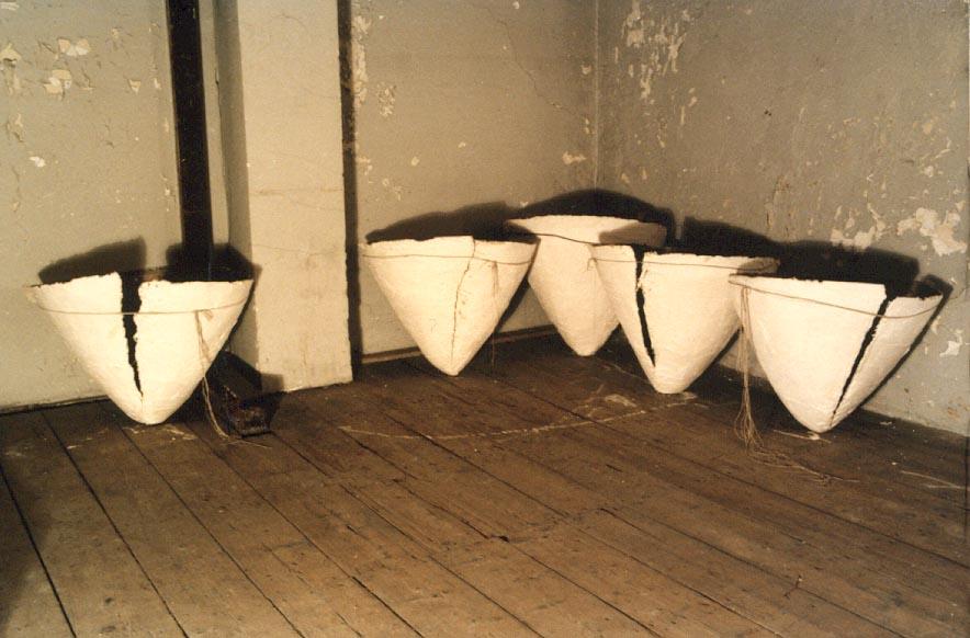 1986-Expo. OM NIET, installatie, detail, gips, touw, 500x300x50cm