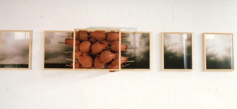 1993-Emigration anonima, foto's, keramiek, hout, 300x50x25cm