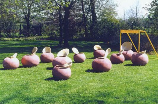 2000-Veteranen- installatie met plantenpotten, gepigmenteerde portland, hout, lak, 500x500cm, Zenderen