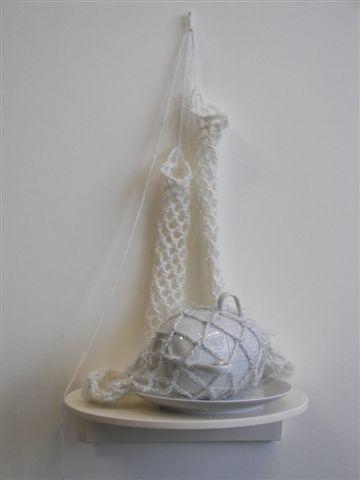 2006-zonder titel, porselein, wol, aluminiumgaren, 80x26x22 cm