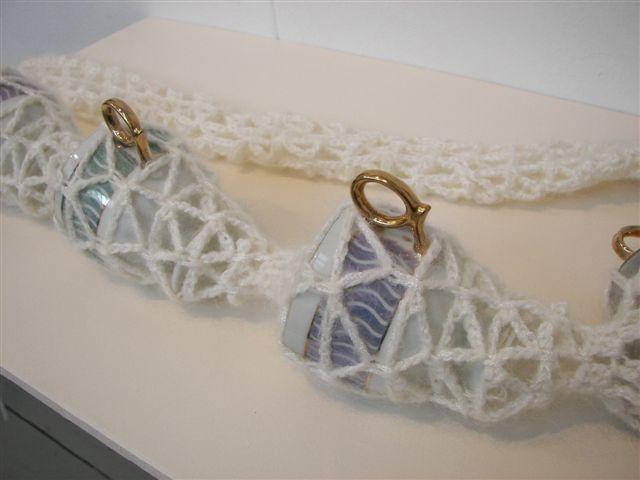 2006-zonder titel, wol, porselein, 75x30x8cm-detail