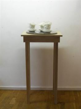 2007-zonder titel, porselein, wol aluminiumgaren, rvs, hout, 120x55x43 cm