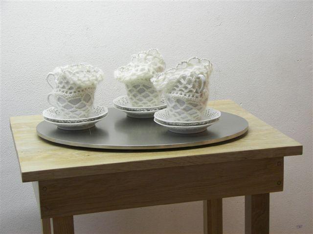 2007-3-zonder titel, porselein, wol aluminiumgaren, rvs, hout, 120x55x43 cm-detail