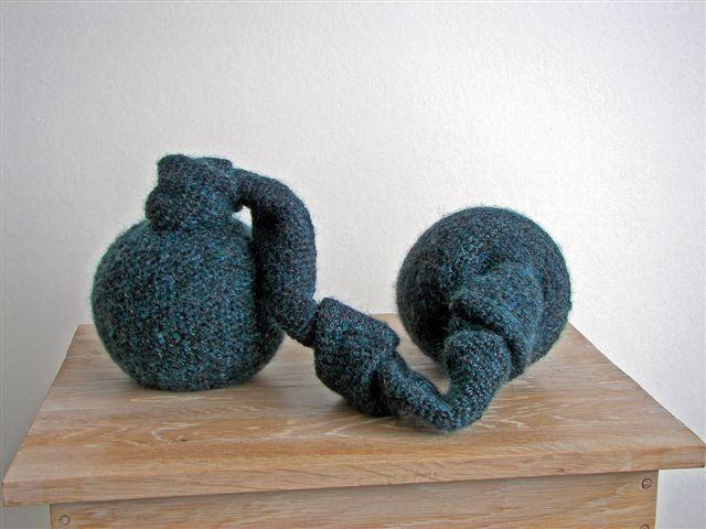 2007-8-Vaders verdriet, steengoed, wol, aluminiumgaren, 23x40x30 cm