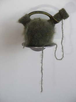 2008-zonder titel, aardewerk, wol, rvs, 12x16x18cm