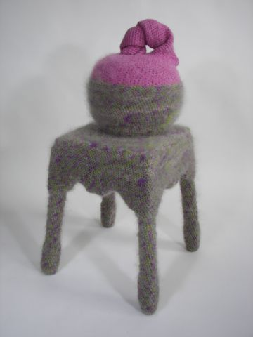 2009-zonder titel, wol, hout, porselein, 70x38x38cm