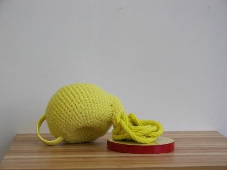 2012-zonder titel, wol, keramiek, mdf, 18x40x17cm