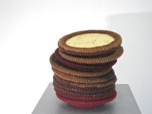 land van belofte, wol om porselein,bladgoud, 28xø25 cm 2015